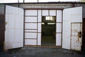 Как самостоятельно утеплить гаражные ворота