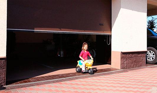 Ребенок в роллетных воротах