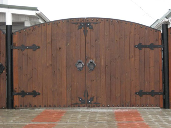 Ворота с деревянными створками