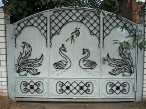Рисунок на кованных воротах