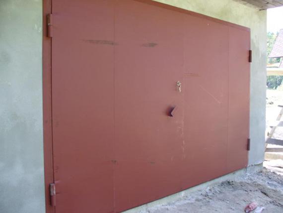 Гаражные ворота из металла с калиткой