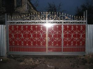 Красивые ворота с ковкой