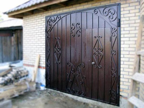 Распашные ворота своими руками в гараже