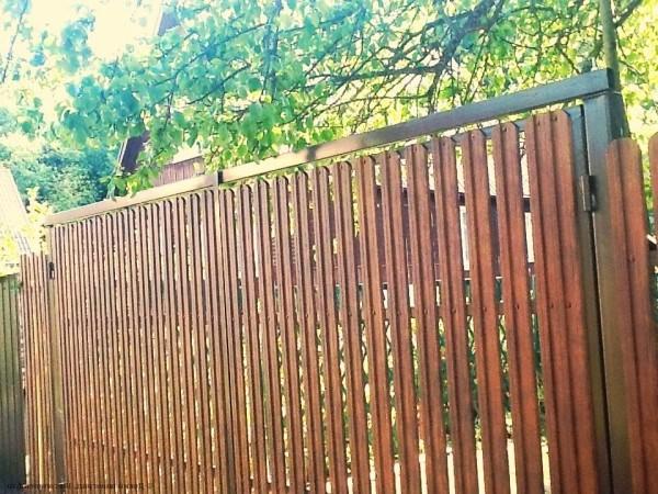Металлические ворота с калиткой, сделанные из штакетника