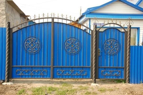 Ворота из профнастила с декоративной ковкой