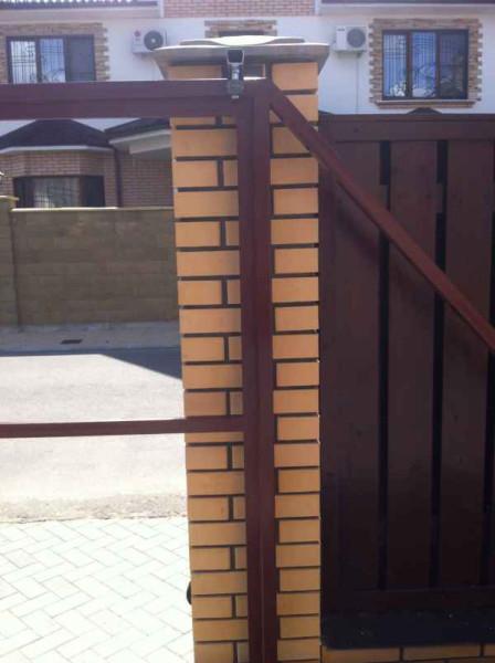 Крепление каркаса к бетонным столбам