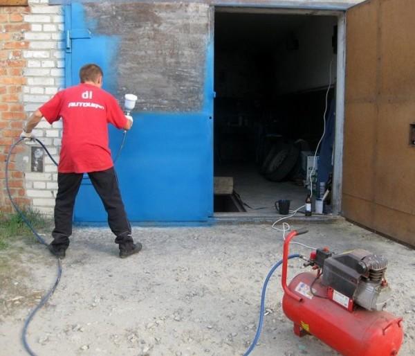 Покраска гаражных ворот с помощью пульверизатора
