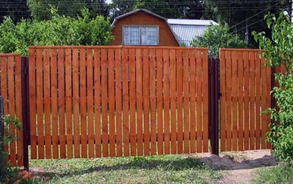 Деревянные ворота покрытые морилкой