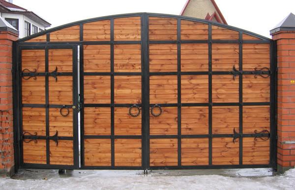 Деревянные распашные ворота с элементами ковки