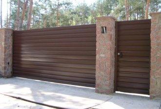 Как быстро и качественно сделать откатные ворота из профнастила своими руками?