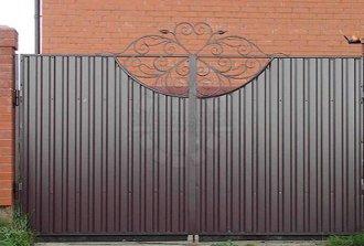 Как сделать ворота из профнастила своими руками и что для этого нужно?