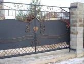 Ворота из листового металла с резными узорами