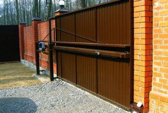 Откатные ворота со средней балкой: особенности конструкции