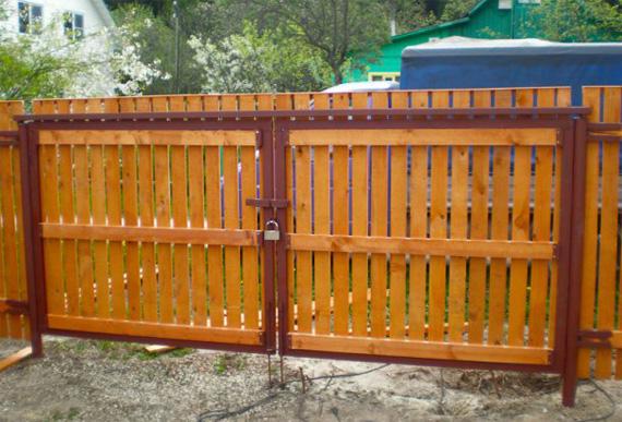 Деревянные ворота на дачу