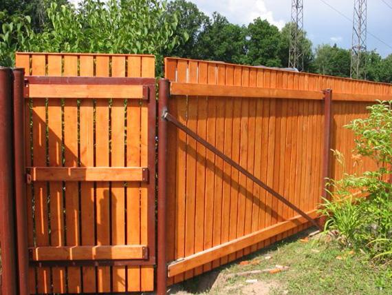 Калитка в деревянном заборе