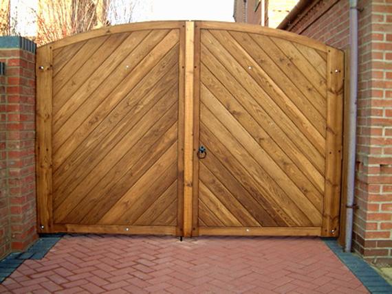 Деревянные ворота для дома