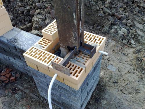 Заливка бетоном основания столба