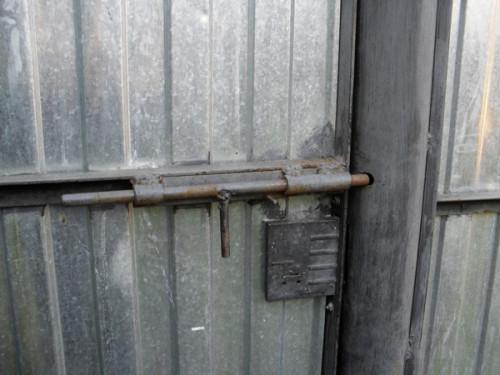 Засов на железные ворота
