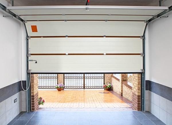 Секционные гаражные ворота вид изнутри