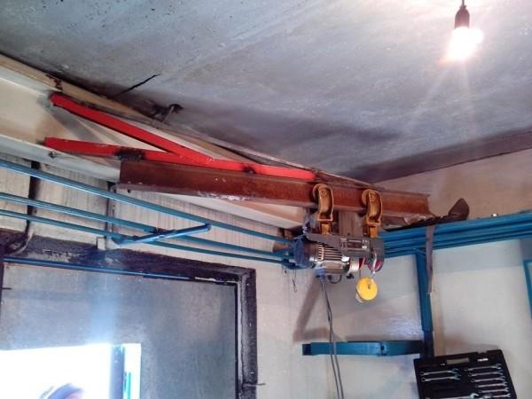 Потолочный подъемник в гараже