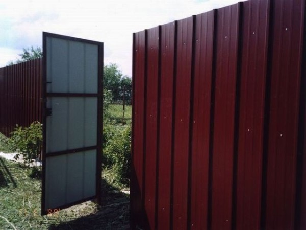 Забор и ворота для дачи из профильного листа